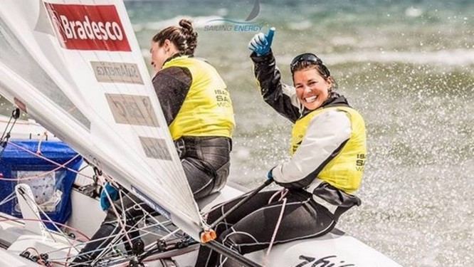 Ana Barbachan comemora a conquista do primeiro lugar, com Fernanda Oliveira, da classe 470 etapa de Hyères, na França, da Copa do Mundo de Vela Foto: Divulgação