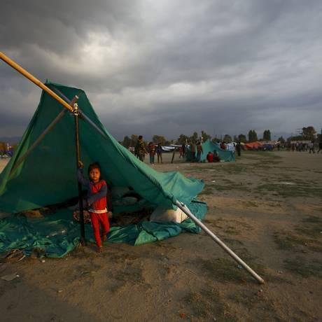 Uma criança nepalesa se abriga em uma tenda em Katmandu Foto: NAVESH CHITRAKAR / REUTERS