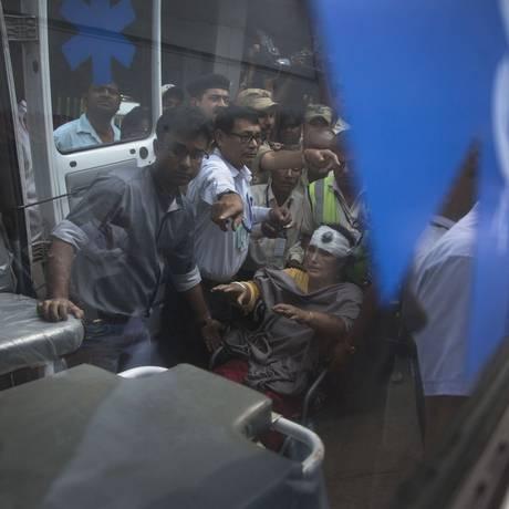 Indiana chega ao aeroporto de Gauhati, onde recebeu auxílio após ser resgatada no Nepal Foto: Anupam Nath / AP
