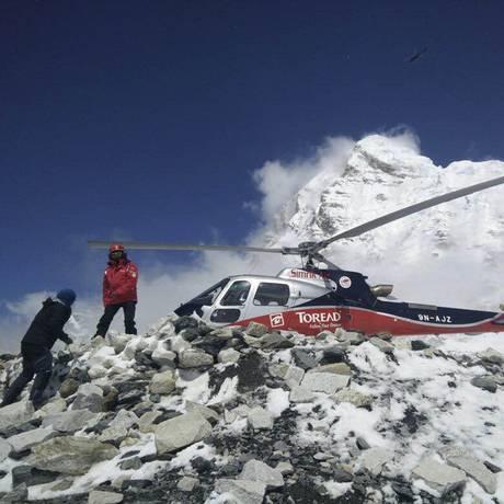 Helicóptero resgata grupo de alpinistas presos em acampamentos na base do Everest após avalanche provocado por terremoto no Nepal Foto: Azim Afif / AP