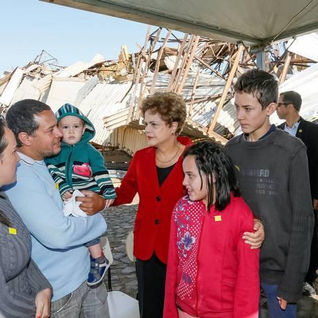 Presidenta Dilma Rousseff durante visita às áreas atingidas por tornado Foto: Agência O Globo