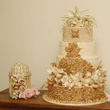 Bolo da Confiserie de Lu, com quatro tipos de flores de açúcar: inspiração nas roupas e joias da noiva Foto: Eduardo Naddar / Agência O Globo