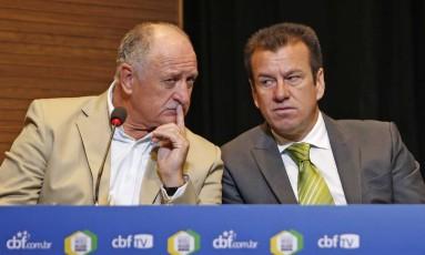 Felipão e Dunga na reunião do técnico da seleção com todos os treinadores da Série A, na CBF Foto: Rafael Ribeiro / CBF