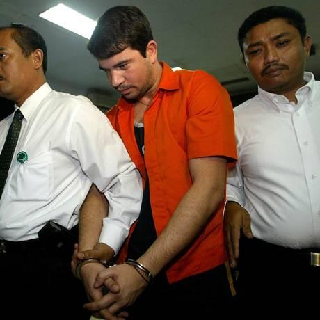 Gularte é conduzido por policiais no dia de sua prisão Foto: Dita Alangkara / AP Photo/Dita Alangkara/5-8-2004