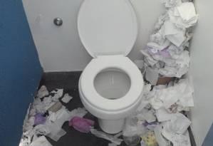 Banheiro sem manutenção na Uerj Foto: Leitora Aline Macedo