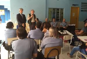 Deputados Molon e Carlos Minc participam de reunião com comandante-geral das UPPs e moradores do Alemão Foto: O Globo / Vera Araújo