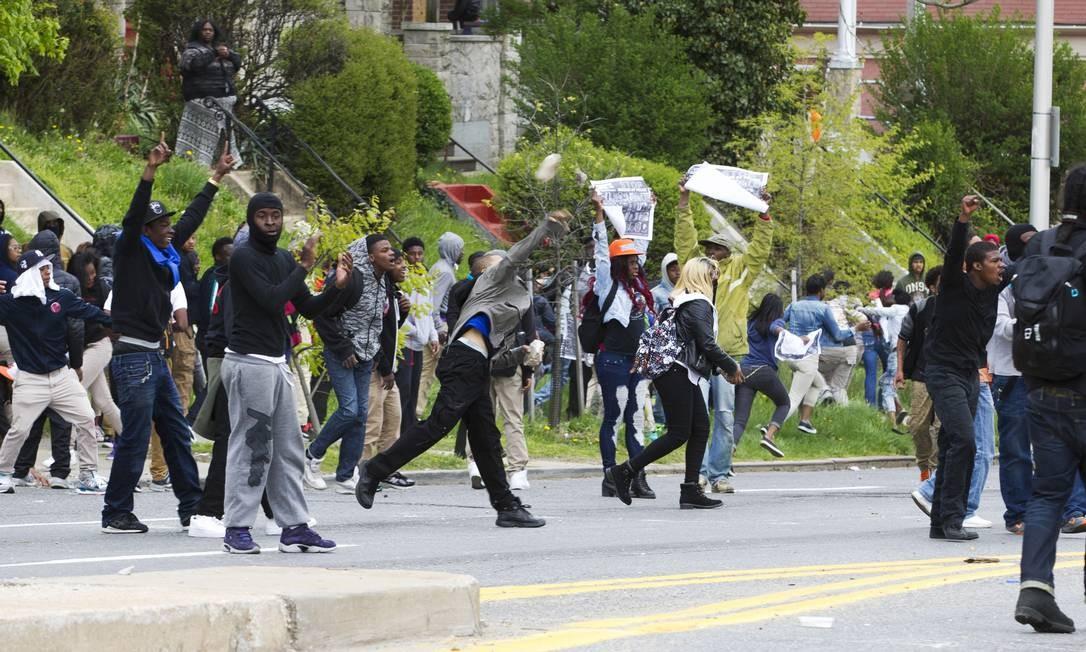 Manifestantes atiram pedras em policiais após o funeral de Freddie Gray, em Baltimore Foto: Jose Luis Magana / AP