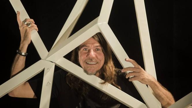Lenine, no cenário do show de 'Carbono', que estreia esta quinta, no Sesc Pinheiros, em São Paulo: ele promete 'uma arquitetura diferente a cada canção' Foto: Ana Branco / Agência O Globo