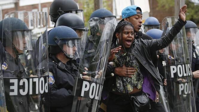 Tropa de choque da polícia de Baltimore contém manifestantes que protestam nas imediações do shopping Mondawmin Mall Foto: Drew Angerer / AFP