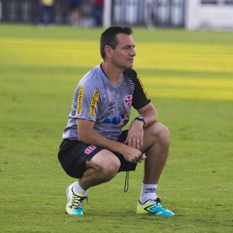 O técnico Doriva num treino do Vasco: ele tem o hábito de se agachar enquanto analisa o time em campo, e isso serve também para os jogos Foto: Marcelo Sadio / Vasco / divulgação