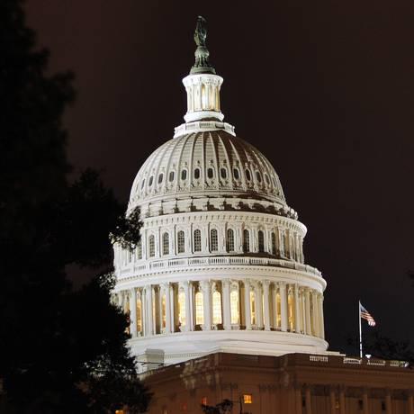 Cúpula do Capitólio dos EUA é iluminada em Washington Foto: Brian Snyder / REUTERS