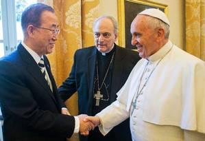 Papa Francisco cumprimenta secretário-geral da ONU Foto: - / AFP