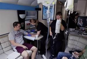 Homem recebe injeção de glicose em clínica de Las Vegas Foto: Divulgação