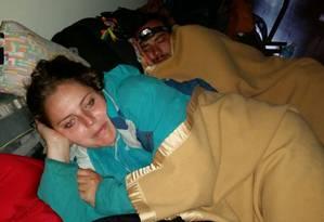 Maryam el Khouri, de Curitiba, dorme no saguão do hotel em Katmandu após terremoto Foto: Arquivo pessoal