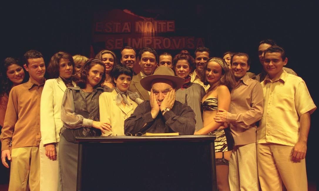 Em 2000, Abujamra comemorou os dez anos da companhia 'Os fodidos privilegiados' Foto: Ana Branco / O Globo