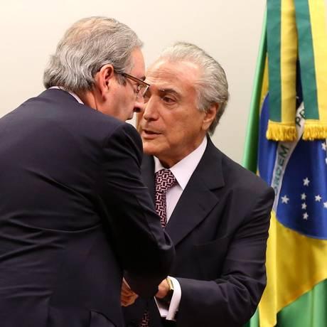 Eduardo Cunha cumprimenta Michel Temer em comissão da reforma política Foto: Ailton de Freitas / Agência O Globo