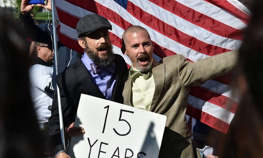 Este casal usou uma placa para mostrar que está junto há 15 anos MLADEN ANTONOV / AFP