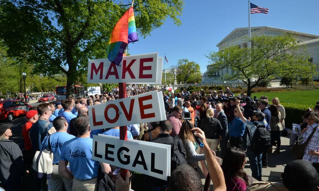 """Placa levada por manifestante diz: """"legalize o amor"""" MLADEN ANTONOV / AFP"""