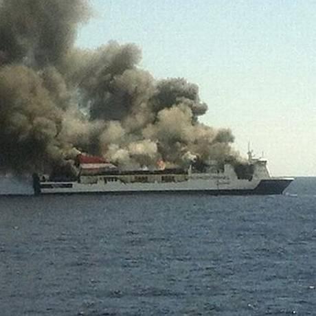 Incêndio na barca Sorrento obrigou serviços de resgate a realizarem operação com seis barcos e dois helicópteros Foto: Reprodução/Twitter