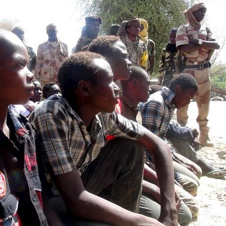 Jovens que integravam o Boko Haram e que foram capturados pelo Exército do Chade: destruição Foto: REUTERS