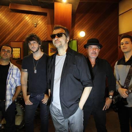 Marcelo Nova (ao centro) com (a partir da esquerda) Célio Glouster, Leandro Dalle, Robério Santana e Drake Nova: turnê de 35 anos da banda já tem 14 shows confirmados Foto: Michel Filho