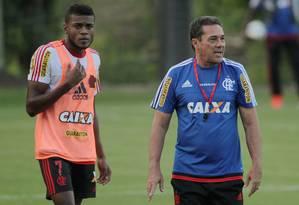 Vanderlei Luxemburgo (à direita) e o atacante Marcelo Cirino: camisa 7 desfalcou o Flamengo contra o Sport Foto: Cezar Loureiro