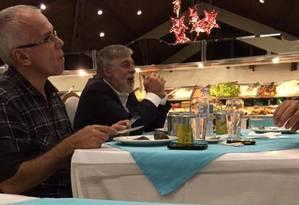 Paulo Roberto Costa é fotografado jantando em churrascaria de Curitiba Foto: Reprodução de internet
