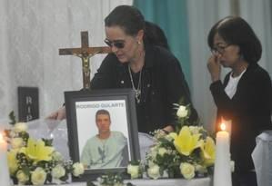 Angelita Muxfeldt junto ao caixão do primo Rodrigo Gularte, executado na Indonésia Foto: STR / AP