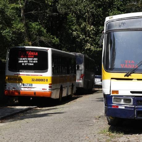 Ônibus escolares utilizam a Rua Jornalista Costa Rego, em São Corado, como estacionamento Foto: Eduardo Naddar
