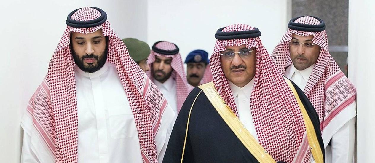 Mohammed bin Salman (esquerda) e Mohammed bin Nayef (de preto) são os novos herdeiros da coroa saudita Foto: Saudi Press Agency / AFP