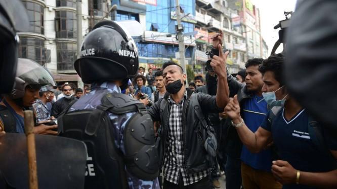 Policiais tentam conter manifestantes após revolta por assistência insuficiente Foto: PRAKASH MATHEMA / AFP