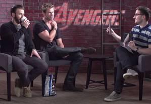 Chris Evans e Chris Hemsworth tentam identificar o bíceps de Robert Downey Jr. Foto: Reprodução