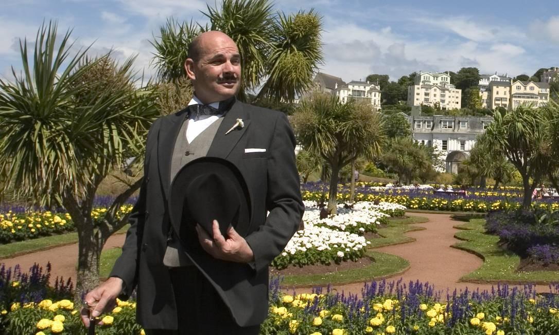 Ator caracterizado como o detetive Hercule Poirot posa em Torquay, cidade natal de Agatha Christie, no sul da Inglaterra Foto: Visit Britain / Divulgação