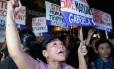 Ativistas em um protesto contra a pena de morte, na Indonésia, um dia antes das execuções.