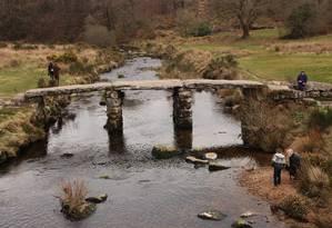 Construída no século XIII, a ponte de pedra da região de Postbridge é um dos cartões-postais mais conhecidos do Parque Nacional Dartmoor Foto: Eduardo Maia / O Globo