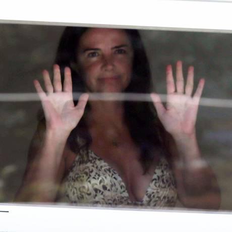 A ex-modelo Luma de Oliveira aparece na janela da sua casa, no Jardim Botânico, Zona Sul do Rio. Policiais Federais estiveram em sua casa em fevereiro com mandado de busca e apreensão, e apreenderam três veículos e outros bens como garantia de pagamento de dívidas das empresas de Eike Batista, ex- marido de Luma Foto: FÁBIO MOTTA / ESTADÃO CONTEÚDO