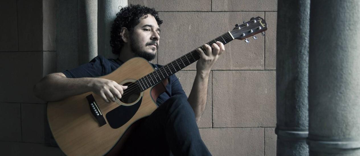 """""""Ainda é meio complicado ficar no meio do palco"""", conta Juliano, que teve mais de 100 músicas gravadas Foto: Leo Martins"""