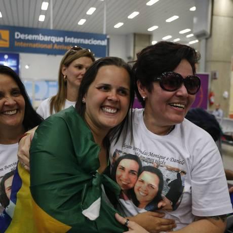 Monique Corrêa Santos (centro). Pediatra que estava no Nepal durante terremoto foi recebida por amigos e parentes no Aeroporto Internacional do Rio de Janeiro Foto: Domingos Peixoto / Agência O Globo