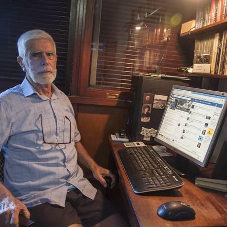 Luiz de Sá, de 84 anos, escreve em um blog, tem Facebook e usa a rede social para divulgar seu trabalho Foto: Adriana Lorete