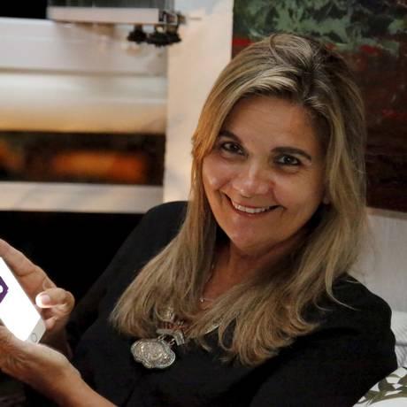 A artista Kátia Brasileiro nem lembra a última vez que usou o computador para acessar a internet Foto: Marcelo Piu / Agência O Globo