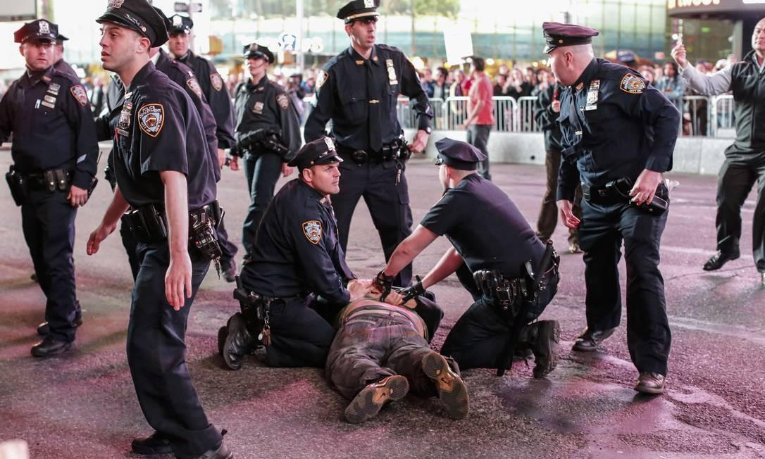 Marcha em solidariedade a Freddie Gray resultou em dezenas de prisões em Manhattan Foto: KENA BETANCUR / AFP