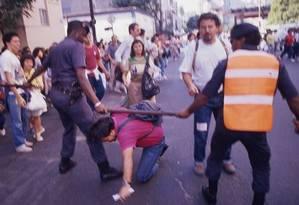 Repressão. No Rio, policiais agridem manifestante durante passeata dos professores estaduais em greve Foto: Guilherme Bastos 08/06/1989 / Agência O Globo