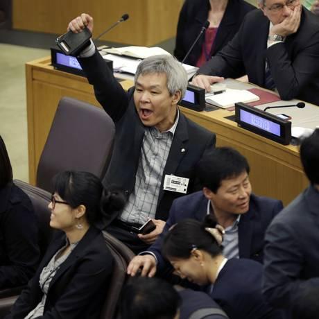 Um desertor norte-coreano grita para tentar abafar a leitura de uma declaração por diplomatas norte-coreanos durante um painel sobre abusos de direitos humanos da Coreia do Norte Foto: Seth Wenig / AP