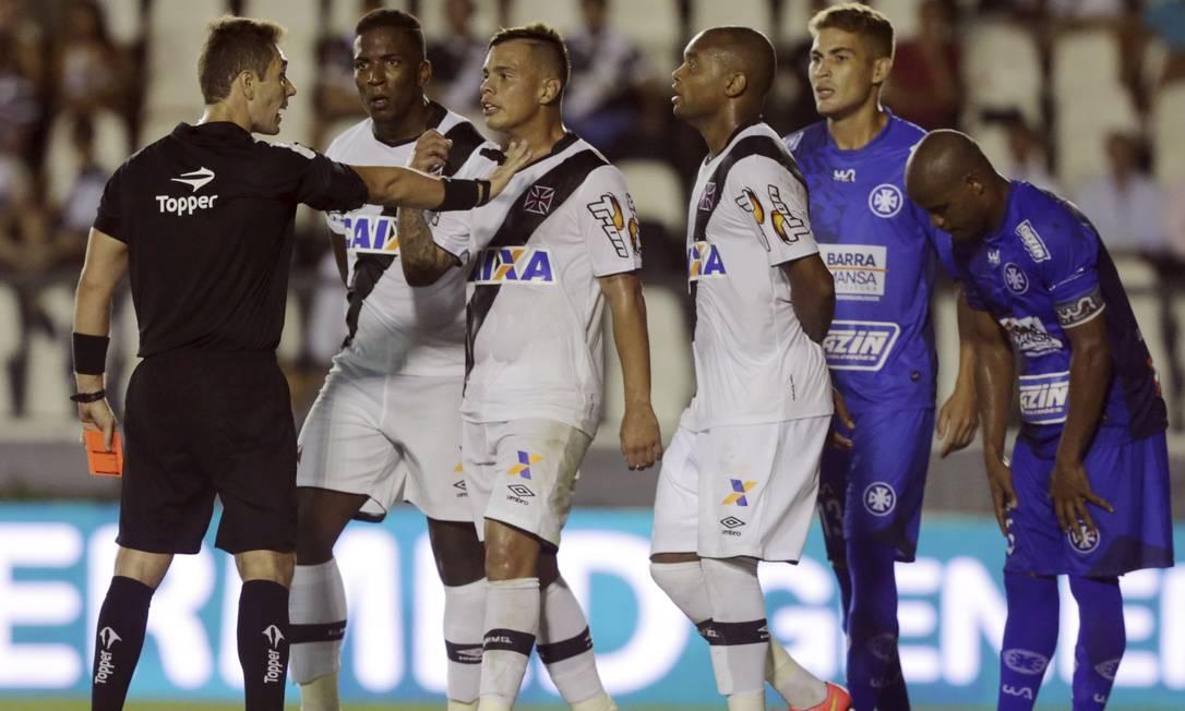 Bernardo foi expulso no empate com o Barra Mansa, em São Januário Cezar Loureiro / Agência O Globo