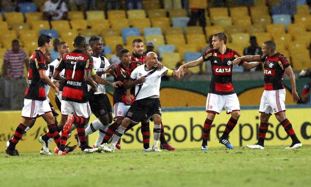 Em clássico marcado por muita chuva e confusão no fim, o Vasco perdeu para o Flamengo Cezar Loureiro / Agência O Globo