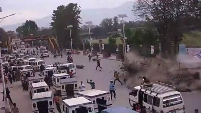 Pessoas fogem de um prédio que desaba durante o terremoto em Katmandu Foto: Reprodução do youTube