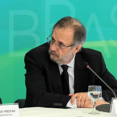Ao lado do presidente da CUT, Vagner Freitas, (à esq.), o ministro Miguel Rossetto defende o pronunciamento de Dilma nas redes sociais no 1º de maio Foto: Jorge William / Agência O Globo