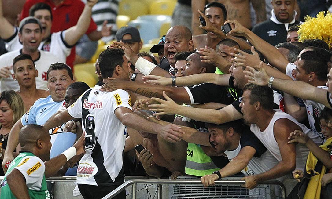 Gilberto foi para os braços da torcida ao marcar, de pênalti, o gol da classificação à final do Carioca Marcelo Sadio / Vasco