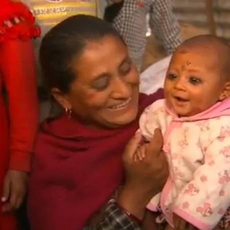 O bebê Sonies, que passou 22 horas soterrado após o terremoto no Nepal Foto: Reprodução da TV