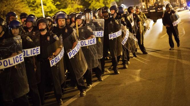 Baltimore. Tropa de choque da polícia local garante aplicação do toque de recolher Foto: David Goldman / AP